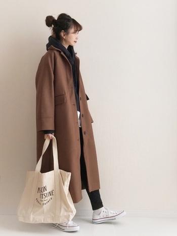 茶色のコートに一番合わせやすいのは、やっぱり黒。コートの中の黒の面積を多くすれば、大人っぽい雰囲気のコーデに仕上がります。