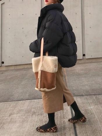 ベージュのチノスカートはもはや定番アイテムですよね。あえて小物も茶色に統一することで、こなれ感ある大人レディーなコーデに仕上がります。