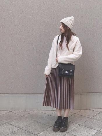 光沢感あるスカートはベージュでも甘くなりすぎず、大人っぽい雰囲気。清潔感あふれる白の印象が強いコーデです。