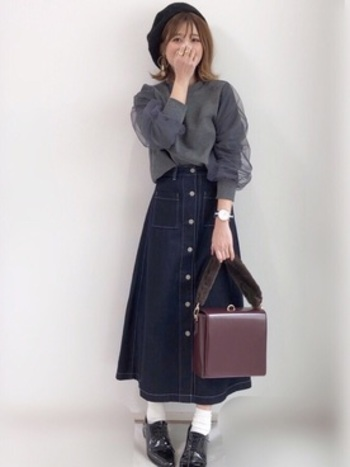 ブラックデニムのスカートで、大人カジュアルに。ガーリーな雰囲気のトップスも子どもっぽくならないところがグレーのいいところですね。