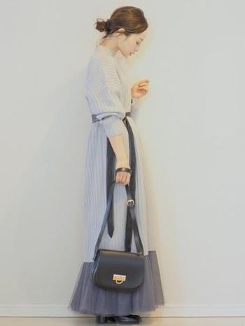 こちらはかなり淡いグレーを基調にしたコーデ。白黒コーデより柔らかく、かつ女性らしい印象に仕上がっていますね。