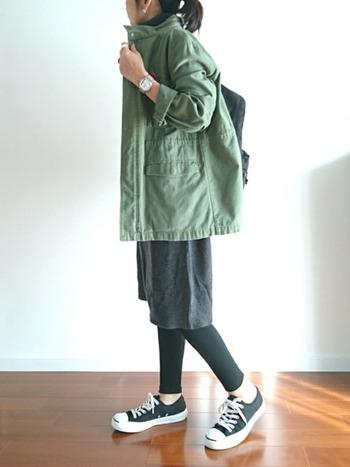 大きめのミリタリージャケットがかわいいこちらのコーデ。他のアイテムを黒で統一することでナチュラル感を残しつつもクールな印象のコーデに仕上がっています。