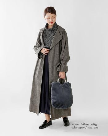 こちらのコーデに取り入れたのは、手持ち部分が金属のリング型になった、クールな要素も持ったファーバッグ。冬にトライしたくなる大人っぽいダークトーンのコーディネートの中に、 キラッと輝くリングがアクセントになっています。グレーカラーのファーバッグは上品な印象があり、キレイめアウターとも相性ばっちりです。