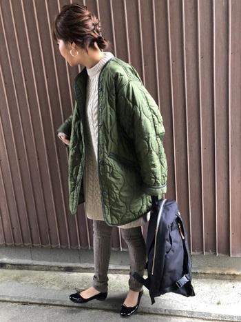 大きめのキルティングジャケットはガーリーコーデにぴったり!ニットワンピ×レギンスを合わせて旬の大人カジュアルに。
