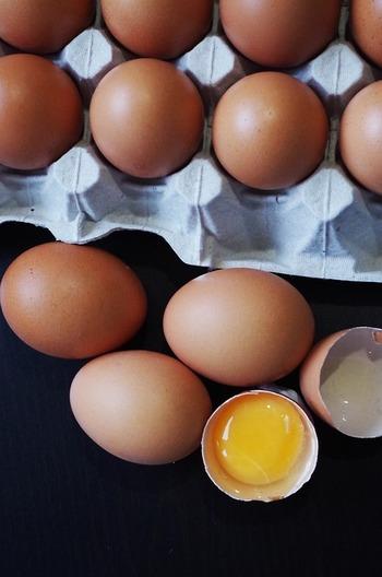 良質なたんぱく質を含む大豆製品や卵、ビタミン豊富な果実、カボチャやサツマイモ等の緑黄色野菜などが『黄』の食材です。大豆からできた味噌もここに含まれます。  【黄色の主な食材】 卵、納豆、ゆば、チーズ、コーン、黄ピーマン、カボチャ、サツマイモ、レモン、オレンジ、グレープフルーツ、中華めん、味噌など