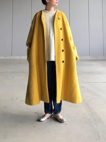 優しい黄色のコートは白のざっくり編みニットと合わせてほっこり感を楽しみましょう。