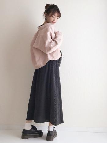 ピンクのジャケットを使用した甘めなコーデながら、黒スカートの丈が長めなので大人っぽい印象です。