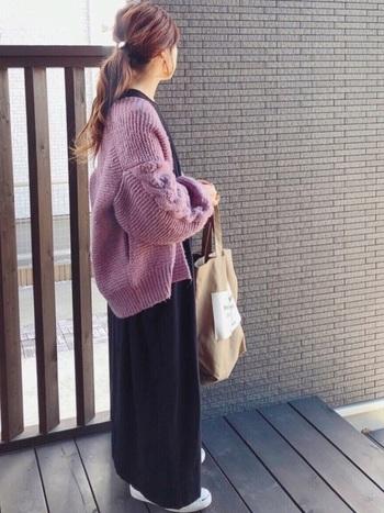 青みピンクは差し色に最適。シンプルなブラックコーデにピンクカーデを羽織ると、鮮やかさがよく映えます。