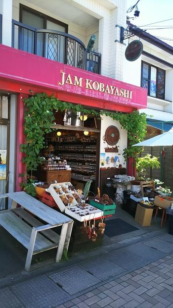 1949年、青果店として創業。その後、店をたたみ、ジャムの専門店に。 第二次大戦前後の軽井沢には外国人宣教師や亡命ロシア人が多く暮らしていましたが、同店はロシア人から学んだジャムの製法を守り続けています。