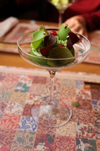 豪華な社内だけでなく、レストラン「NARISAWA」プロデュースのコースメニューも必見!こちらは八女茶を使った抹茶ムース。軽食から始まり、九州各地の食材を使った数々のスイーツを堪能することができます。(※メニューは季節によって変わります)