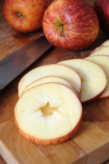 一口に『色で判断する』と言っても、林檎のように皮と実の部分では色が異なる食材も多くあります。その場合は、多く食べる部分の色で判断しましょう。よって、林檎の場合は白。カボチャなら黄色となります。ただし、嗜好品のお菓子やドリンクなどは分類に含みません。また、調味料は栄養価の高い味噌のみ『黄』に分類されます。