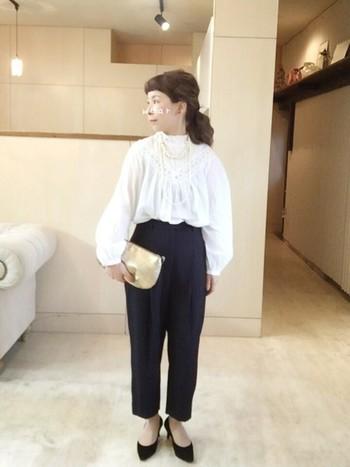 スタンドカラーシャツは、少しフォーマル感は薄れるものの女性らしくかわいらしい雰囲気です。