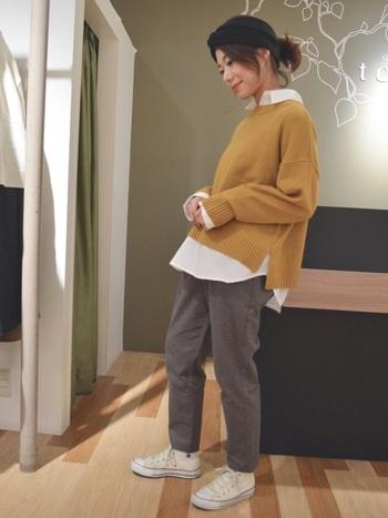 黄色ニットなら仕事で疲れていても元気が出そう!黒ではなくグレーのパンツを合わせて、柔らかい印象に。