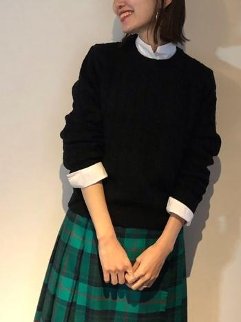 上をモノトーンでそろえたら、スカートは少し鮮やかなものを選んで暗い印象になるのを防ぎたい。