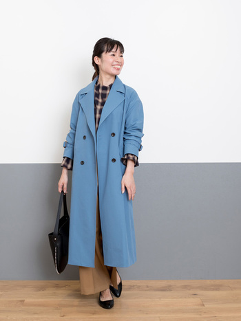 鮮やかなブルーのコートが目を惹くコーデ。他のアイテムは定番カラーを選ぶことで、カラーコートも難なく着こなせています。