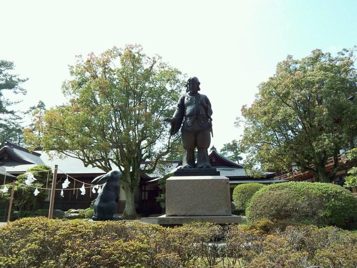 あらゆる縁をつかさどる大国主大神 (オオクニヌシノカミ)*を御祭神とすることで有名な「出雲大社」。恋愛、仕事での人との出会い、また会社の発展など・・良縁を願う多くの方が参拝に訪れる場所として有名。  また、旧暦10月10日を迎えると、日本中の八百万の神さまが1年に1度集まる場所としても知られる、日本を代表するパワースポットなんです。