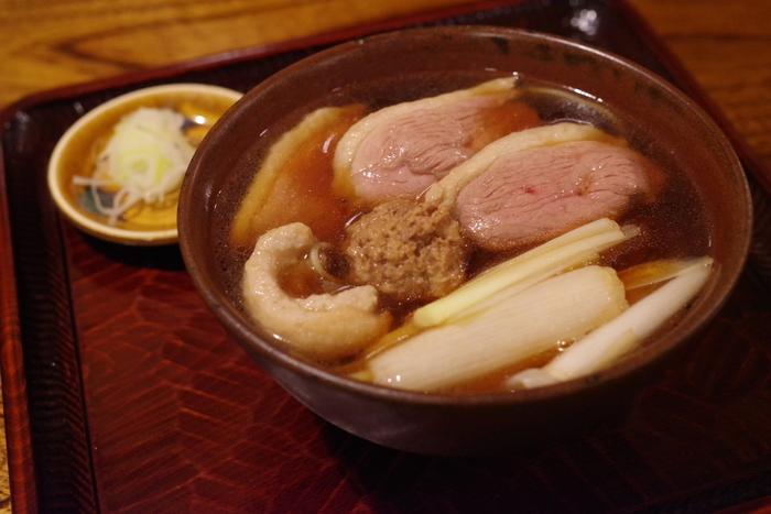 ざるそばなどの定番メニューはもちろんですが、こちらの鴨南蛮もオススメ。肉厚の鴨肉と、江戸前らしい濃くて旨味たっぷりの温かいつゆは、一度食べたら忘れられない味です。