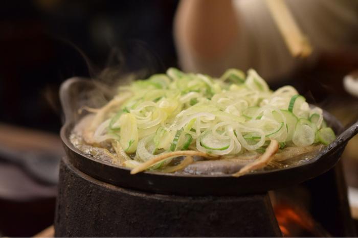 これぞ、江戸のどぜう鍋!ふわふわと柔らかい身に、甘くて濃厚な割り下。思わずご飯やお酒が進む、味わいです。
