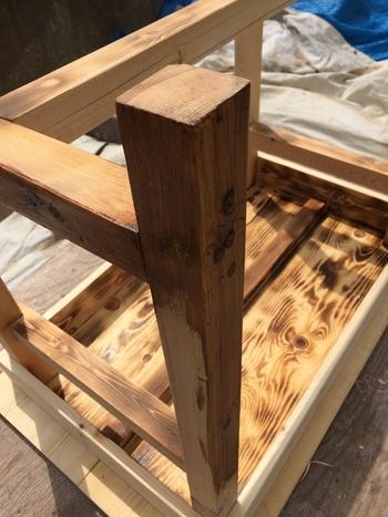 パイン材の一枚板を天板として脚にビス留めしたら、ハンマーなどで叩いてエイジング加工を。その後で好きな色に塗装していきます。塗装が乾いたらヤスリがけをして、2度塗りしたら完成です。