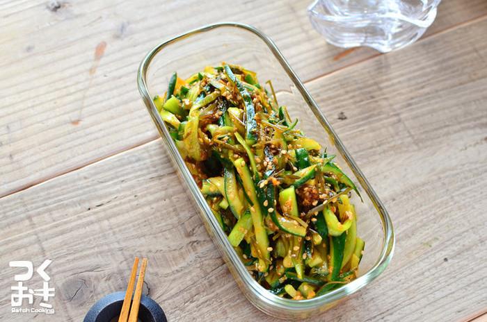 細切りにしたキュウリとごま、切り昆布で作るキムチ風は味も食感も◎。塩漬けの時間は10分から一晩くらい必要ですが、調理時間はたったの5分でOKで、冷蔵保存で5日ほど日保ちするのもありがたいかも。