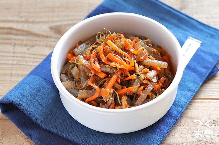 切り昆布とツナ、板こんにゃく、にんじんで作るうま味たっぷりの炒め物。切り昆布の風味だけでなく、切り昆布とこんにゃくの食感も◎。調理時間もたったの10分ほどで、冷蔵保存で4日も持つので休日にたっぷり作っておけば、お弁当やあと一品欲しい時に助けてもらえそう。