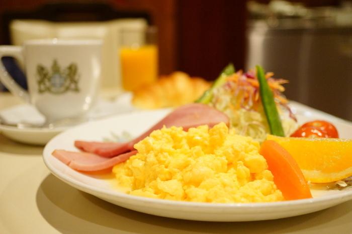 イノダのモーニングといったらこちら「京の朝食」。サラダに卵、ハム、パン、コーヒー(紅茶)にジュースと盛りだくさん♪創業当時から続くネルドリップ式で淹れたコーヒーで、ほっとひといき優雅な朝食を。