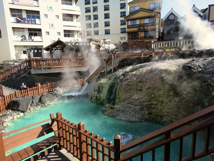 草津温泉と言えば、「湯畑」を思い浮かべる方も多いのではないでしょうか?温泉街の中心にあり、草津温泉のシンボルとなっています。毎分4,000リットルの温泉が湧き出ていて、もうもうと舞い上がる湯けむりに圧巻です。湯畑の周りは瓦を敷きつめた歩道や白根山の湯釜をかたどった「白根山ベンチ」があり、散策を楽しめますよ。