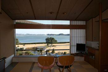 松島といえば「一の坊」と言われるほど、松島のお宿の代名詞ともなったこちらの温泉リゾート。露天風呂付きの客室から、布団に横になったまま景色を楽しめるお部屋まで様々なスタイルから選べます。