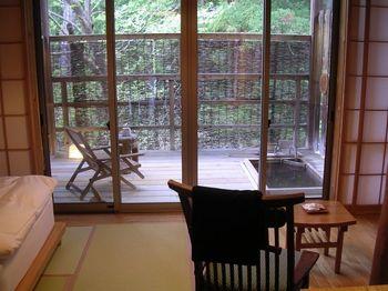 さらにすべてのお部屋には源泉掛け流しの客室露天風呂が。周りの自然や星空を眺めながら、好きな時間に好きなだけ、ゆったりと温泉を楽しむことができますよ。