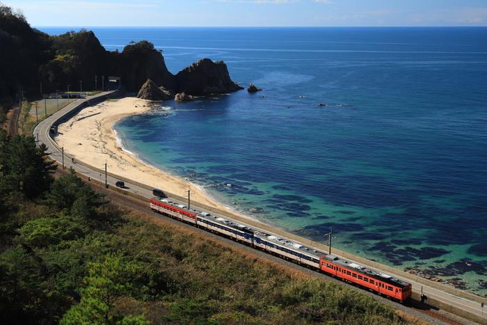 本州の日本海に面した新潟県。海と山の壮大な自然を楽しめるだけでなく、高田城や村上城跡、神社仏閣といった越後の国からの歴史、さらに佐渡島、温泉、夏の越後三大花火、冬のスキーなど、見どころやお楽しみがたくさんあるエリアです。