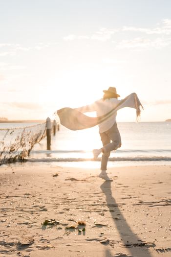 """日記に書く内容は""""過去の出来事""""だけではありません。「未来日記」では、良いイメージの""""未来""""を書きます。自分が望む未来をあらかじめイメージしておくことで、それを実現するための選択や行動が自然とできるようになるのです。 憂鬱な気持ちで次の日を迎えるのと、前向きな気持ちで一日をスタートするのと、あなたはどちらを選びますか?"""