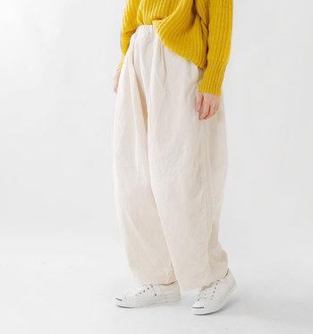 ハイウエストのワイドパンツは、トップスをインするだけで、程よく抜け感のある着こなしに。パンツの素材や小物使いも工夫しながら、オールシーズン着回しを楽しんでみてくださいね。