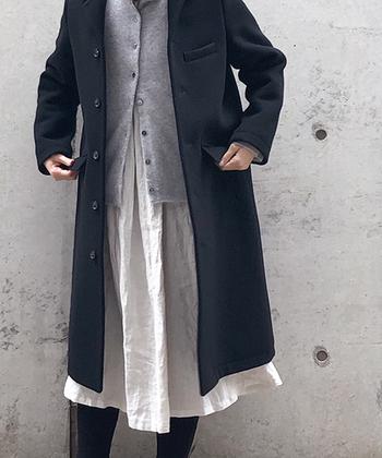 冬用のコートでもインナーを軽めの素材にすれば、一気に春めきます。写真のようにリネン生地を取り入れるのもおすすめ。素材で春を楽しみましょう。