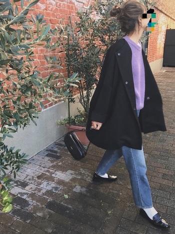 いつものコート&デニムスタイルもラベンダーの春色ニットをプラスすれば華やかな春を感じるコーデに。白のソックスは抜け感が出て防寒対策にも。