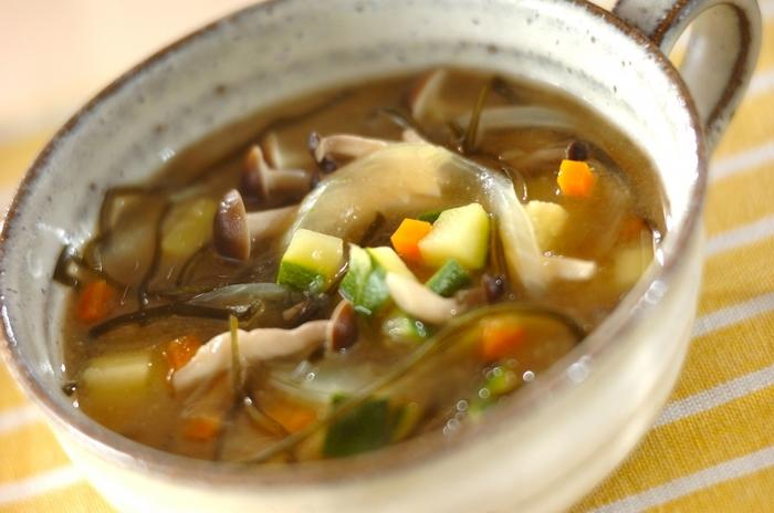 にんじん、ズッキーニ、しめじ、玉ねぎ、切り昆布で作る「ニンジンと切り昆布のスープ煮」。煮物や炒め物で美味しい切り昆布は、汁物にも◎。切り昆布を入れることで風味豊かになるだけでなくトロミもついてより美味しく、身体もあったまりそう。