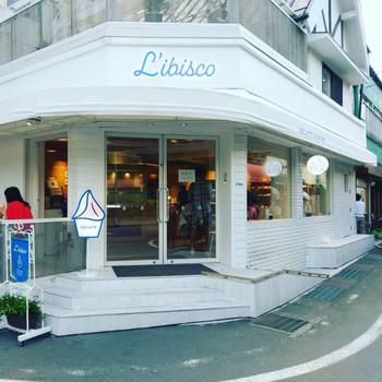 白い建物に青い店名が目を引くジェラート専門店「リビスコ」。毎日、残りのジェラートは処分し、翌日は朝から新鮮な牛乳と生の果物を使用して、日々できたてのジェラートを提供しています。