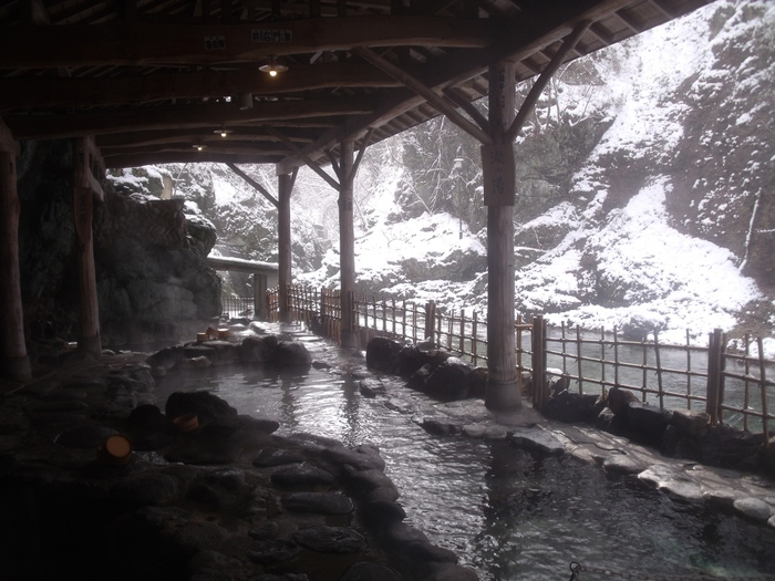 200年の歴史をそのまま味わうことができるのが、こちらの旅館の魅力。24時間利用できる露天風呂は混浴の天然岩風呂。女性専用の利用時間も確保されており、そのほか大浴場も楽しむことができますよ。