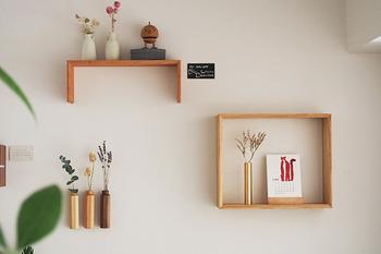 木のぬくもりを感じるかたち違いの飾り棚です。四角く壁面を囲むと、そこだけがまるでフレームのように浮かび上がります。視線を集めやすいので、お部屋のアクセントにもいいですね。