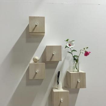 こちらは桐材を使った小さな引き出しの壁面収納です。リズミカルに配することで、洗練された雰囲気を醸し出すことができます。