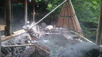温泉は3つの源泉を8つのお風呂で。お風呂へ行く途中の小道の四季も楽しめるから、お肌でも目でも耳でも癒されます。