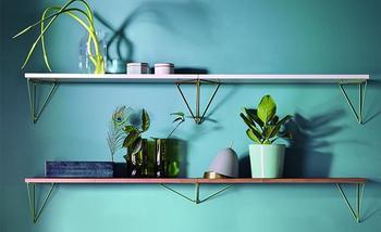 スウェーデンのファニチャーブランド「MAZE(メイズ)」のピタゴラスシェルフと名付けられた飾り棚です。取り付け方を変えることで、がらりと違う雰囲気の棚を作り上げることができます。