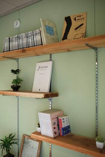 壁にレールを通しておくと、棚を好きな高さに設置できるので、気軽にアレンジができて大変便利ですよね。厚めの棚を入れるときは、棚そのものの重さも考慮して耐荷重を考えてみましょう。