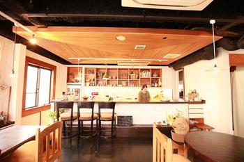 隠れ家のような雰囲気の小さなカフェ「コマグラカフェ」。おしゃれなインテリアは目にも楽しく、1人客もリラックスして過ごせる居心地のよい空間となっています。
