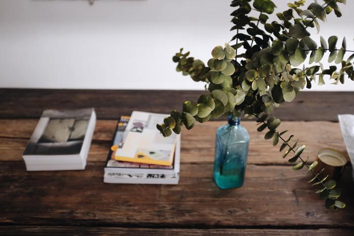 口の狭いガラス瓶に一本だけユーカリを挿して。華奢なガラスとたっぷりとしたユーカリの葉のアンバランスさがたまりません。