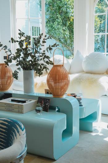 リビングの中央にはどっしりとした大きめの花器にたっぷりのユーカリをアレンジして。自由に広がる葉っぱたちがお部屋の中で存在感を示しています。