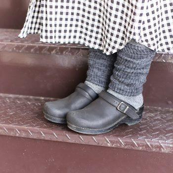 つま先から上半身までモノトーンでまとめたスタイル。暗く見えがちなファッションも、靴下やレギンスを重ねて、グラデーションで作ることで、奥行きが出てきます。