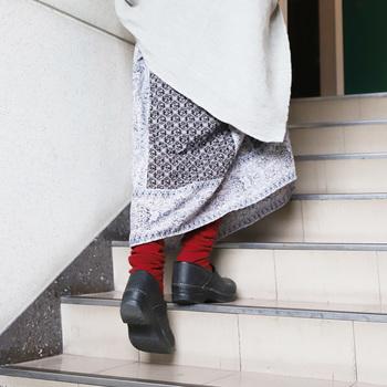 鮮やかな色の靴下を1点投入するだけで、気分がぱっと明るくなります。この場合は、靴下に自然と視線が行くので、素材感も含めて、きれいなもの、上質なものを選ぶことをおすすめします。