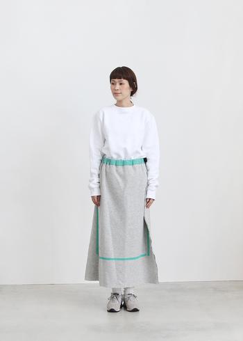 淡いグレーにミントグリーンのプリントが爽やかなスカート。肌ざわりの良いフェルト生地が柔らかく体を包んでくれるおかげで、一日中ストレスを感じることなく快適に過ごせそうです。