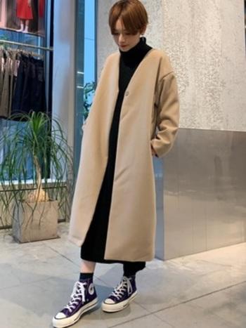 Vネックのコートは顔周りをすっきりと見せてくれます。寒い日にはマフラーやストールをぐるぐる巻くのもおすすめです。