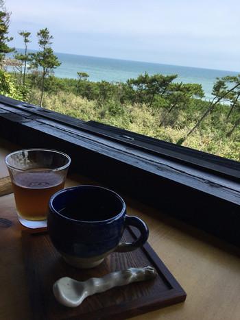 太平洋を臨む眺望が魅力のカフェ。 コーヒーなどのドリンク、スイーツなどはもちろん、新鮮な魚料理や寿司もいただけます。